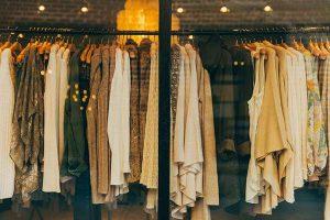 Klasyka, romantyzm, a może odrobina szaleństwa – propozycje kobiecych sukienek